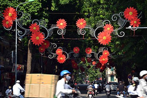 Từ nhiều ngày trước, trên các tuyến phố như Hàng Bài, Tràng Tiền, Đinh Tiên Hoàng, Hàng Bông,... đã được trang hoàng rực rỡ (Ảnh: Thanh Niên Online)