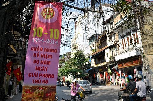 Phố phường ngập pa-nô, áp phích chào mừng (Ảnh: Thanh Niên Online)