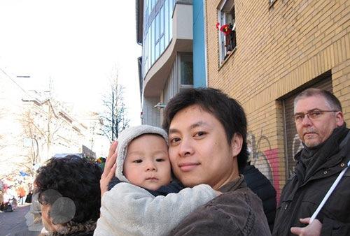 Thành Vinh chụp ảnh cùng cậu con trai