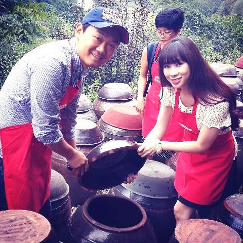Anh Choi Hyungmin (trái) giới thiệu những chiếc lu để ủ tương ớt của người dân vùng Sunchang.