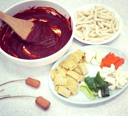 Các nguyên liệu làm món Tteokbokki.