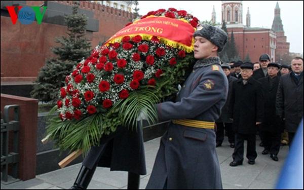 Đoàn đại biểu cấp cao Việt Nam cũng đã đặt vòng hoa và vào Lăng viếng Vladimia Ilich Lenin. (Ảnh: VOV)