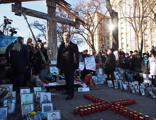 Tổng thống Poroshenko tới khu vực tưởng niệm. (Ảnh: Kiến thức/st)