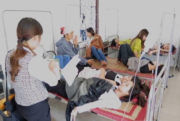 Các công nhân trong vụ ngộ độc thực phẩm phải điều trị tại bệnh viện. (Ảnh: TTXVN)