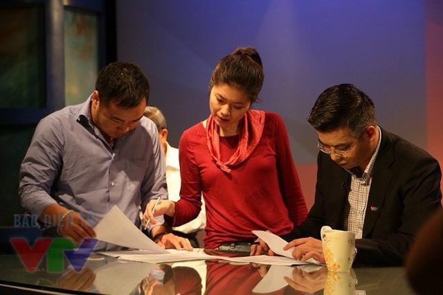 BTV Quang Minh, BTV Diệp Anh và các đồng nghiệp chuẩn bị cho giờ lên sóng của Vấn đề hôm nay. (Ảnh: VTV News)