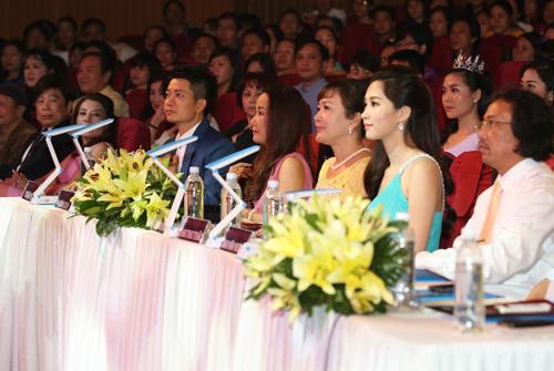 Ban giám khảo gồm: Nhà báo Nguyễn Công Khế, PGS - TS Nhân trắc học Mai Văn Hưng, NSND Minh Hòa, Hoa hậu Đặng Thu Thảo, nhà thiết kế Thuận Việt, nhạc sĩ Giáng Son.