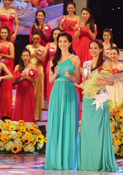Cô trao giải Nữ sinh viên tài năng cho Lê Thị Thúy Hồng - Đại học Quốc gia Hà Nội.