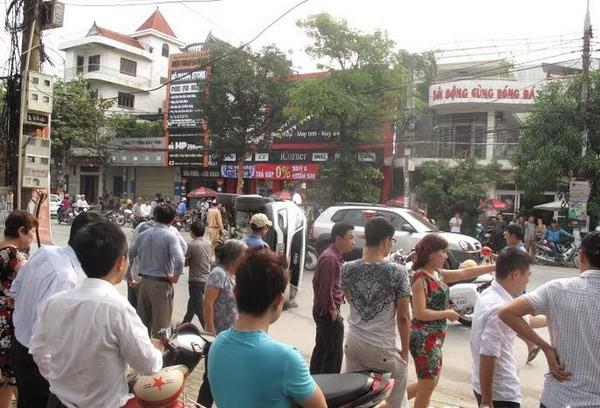 Vụ tai nạn xảy ra vào giờ cao điểm đi làm chiều nên gây tắc đường. (Ảnh: Nguyễn Văn Nhật/Vietnam+)