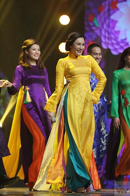 Cùng trình diễn với cô là những người mẫu trong bộ sưu tập áo dài của NTK Đức Hùng.