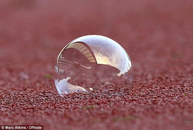 Hình ảnh sân Upton Park phản chiếu qua bong bóng.