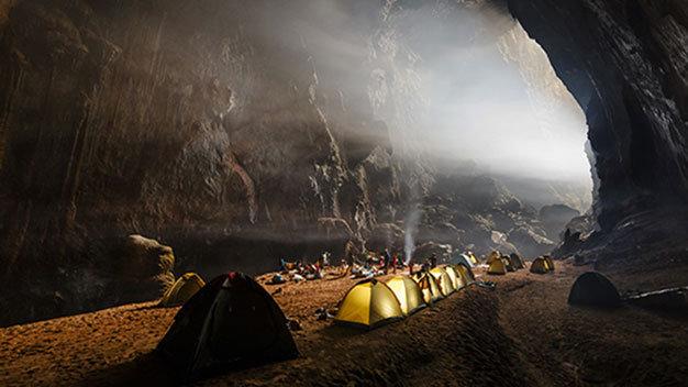 Du khách cắm trại ngủ qua đêm trong hang động Sơn Đoòng. (Ảnh: Ryan Deboodt)