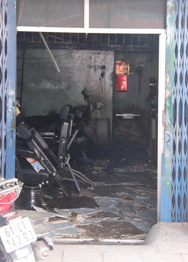 Đồ đạc trong tiệm bị cháy đen - (Ảnh: Bá Sơn/Tuổi trẻ)