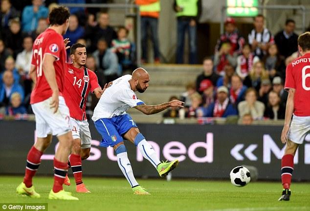 Simone Zaza ghi bàn mở tỷ số cho Italy