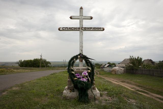 Vòng kết hoa được đặt ở gần nơi xảy ra vụ rơi máy bay MH17 gần làng Hrabove (Grabovo), tỉnh Donetsk, miền Đông Ukraine, ngày 14/7/2015. (Ảnh: REUTERS).