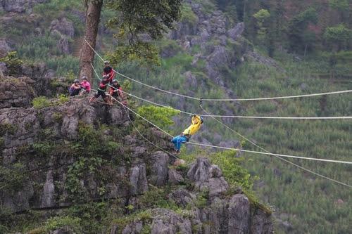 Thử thách tại Hà Giang: Các tay đua phải đi trên dây với quãng đường hơn 200m giữa hai mỏm núi chênh vênh.