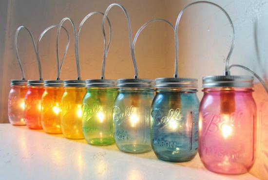Những chiếc lọ thủy tinh nhiều màu sắc có thể được tận dụng làm thành những chiếc đèn trang trí rực rỡ.