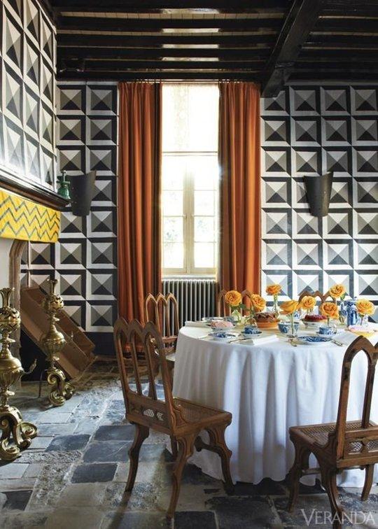 Đừng ngần ngại trải nghiệm những gam màu và họa tiết đặc biệt cho mảng tường phòng ăn