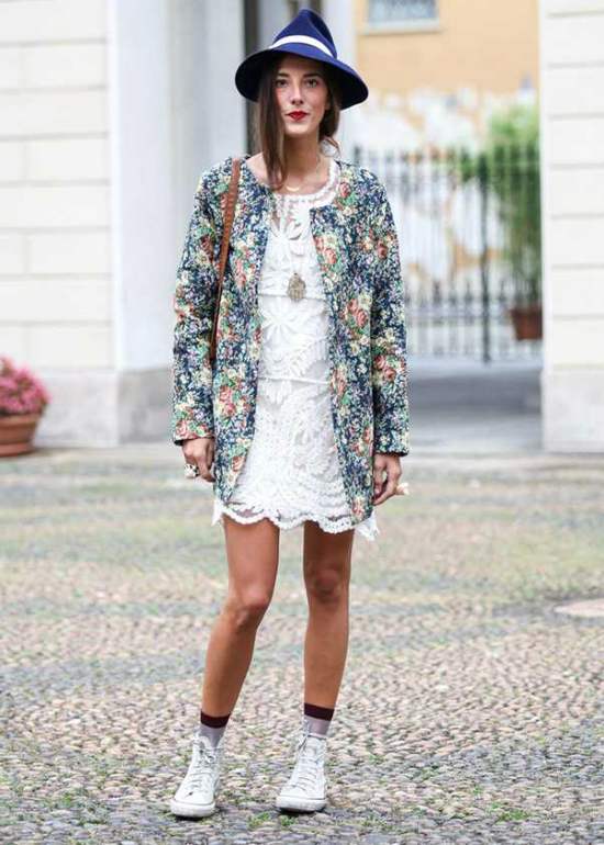 Bạn đừng quên những chiếc váy ren phối cùng áo khoác floral vẫn đi kèm được với những đôi giày thể thao trẻ trung.