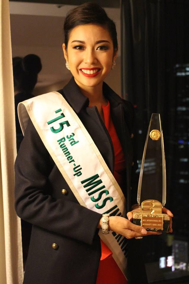 Thúy Vân nhận cup giải thưởng Missosology's Choice Award của Hoa hậu Quốc tế 2015.