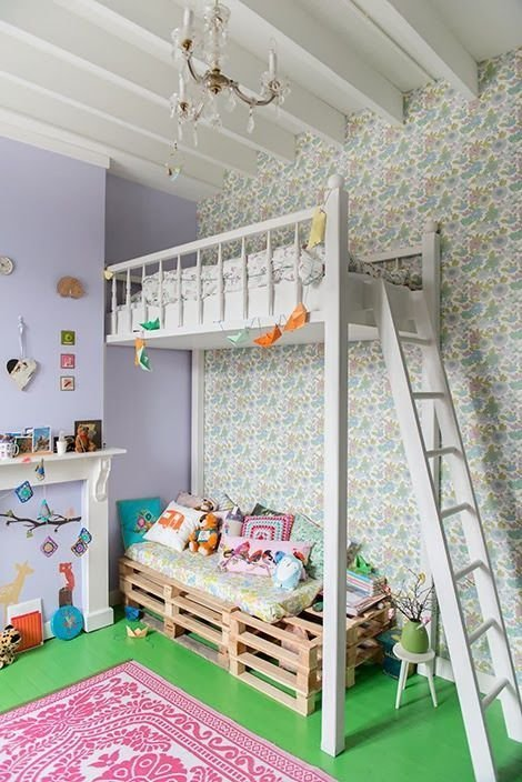 Một góc riêng tư của bé với những món đồ yêu thích được đặt bên dưới chiếc giường tầng