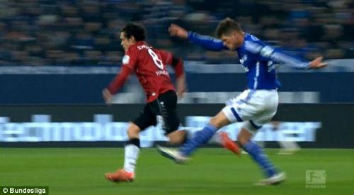 Klaas-Jan Huntelaar đá thẳng vào chân đối phương