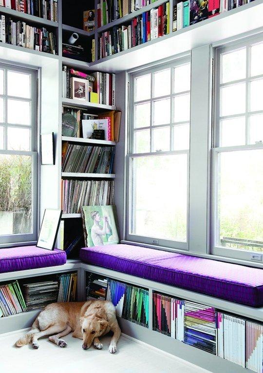 Nhiều gia chủ còn tận dụng khoảng không gian bên khung cửa sổ làm nơi lưu trữ sách