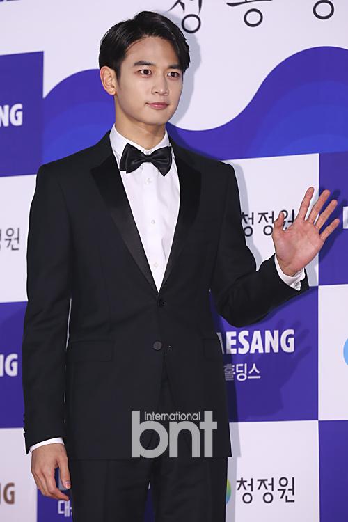 Min Ho của nhóm nhạc Shinee khoe vẻ chững trạc và trưởng thành trên thảm đỏ.