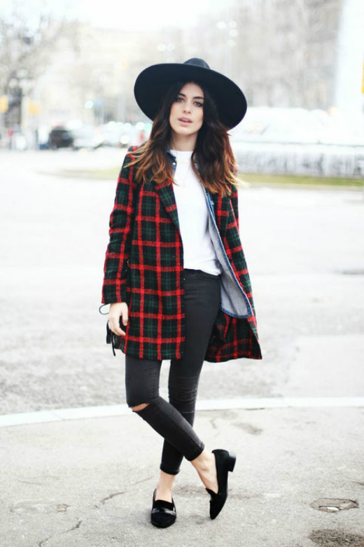 Plaid coat - kiểu khoác len kẻ - sẽ giúp trở nên nổi bật. Nhiều cô gái có thể chọn kiểu áo này freesize để tăng nét cá tính, phóng khoáng.