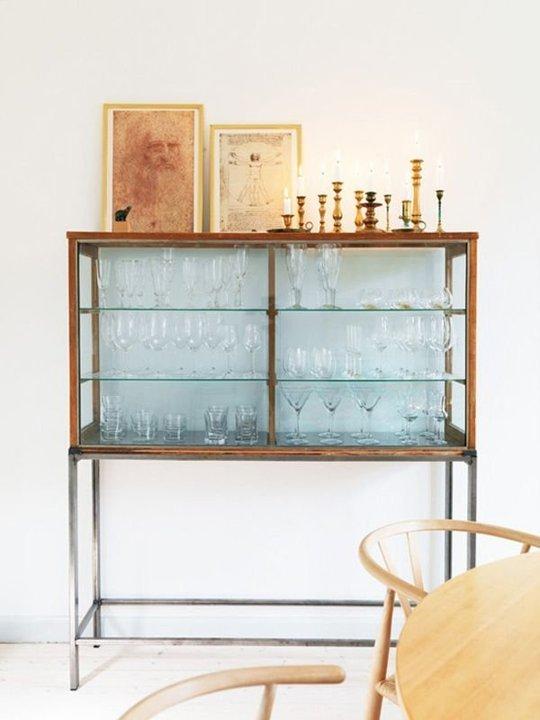 Trưng bày các loại ly trong một chiếc tủ mang phong cách cổ điển