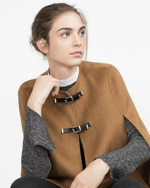 Bên cạnh đó, để làm phong phú cho tủ đồ Thu - Đông của mình, bạn có thể thử sắm Cape coat - một kiểu áo khoác không cổ, không tay để kết hợp cùng áo len bên trong.