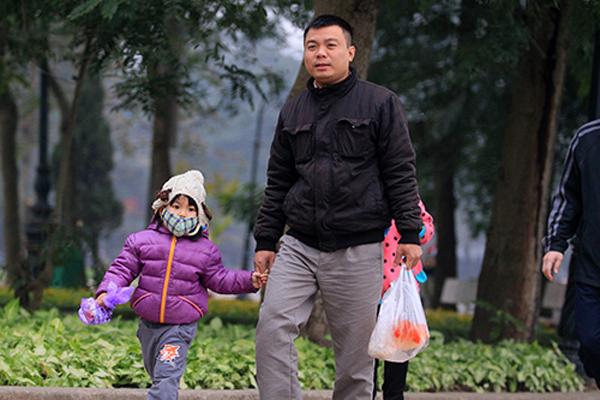 Nhiều em nhỏ cũng được bố mẹ dắt đi tiễn ông Táo về trời (ảnh: Khampha.vn)