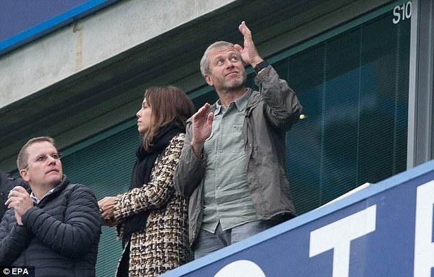 Gary Neville quan tâm tới việc Abramovich sẽ giải quyết tình huống hiện tại ở Chelsea ra sao.