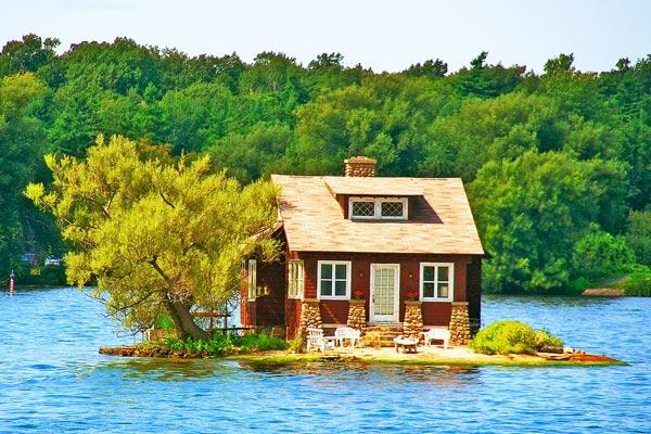 Ở khu vực Thousand Islands, Canada, bạn có cơ hội nghỉ trong những ngôi nhà nhỏ nhắn ngay giữa dòng nước mát như thế này.