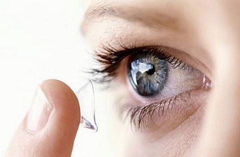Những nguy hiểm cho đôi mắt khi dùng kính áp tròng