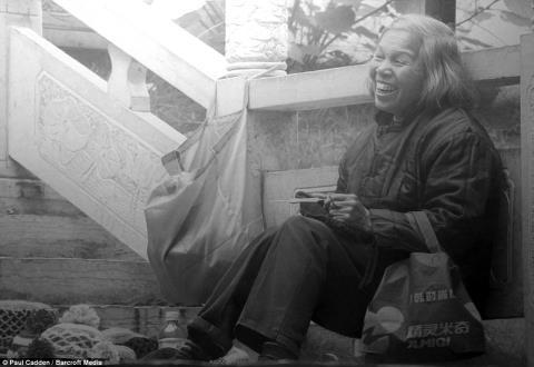 Các bức tranh được thực hiện dựa trên những hình ảnh ông từng chụp khi chu du khắp thế giới.Bức vẽ người phụ nữ đang cười này được tái hiện từ bức ảnh ông chụp khi tới Trung Quốc trong năm nay.