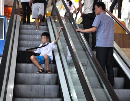 Trẻ em thường là nạn nhân của những tai nạn đáng tiếc xảy ra khi sử dụng than cuốn (Ảnh minh họa)