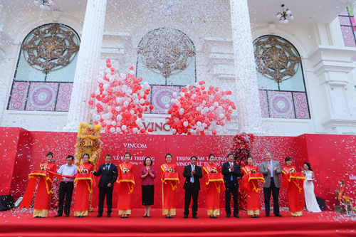 Trung tâm thương mại Vincom Lê Thánh Tông đã mở cửa đón khách vào sáng 1/10. (Ảnh: VnExpress)