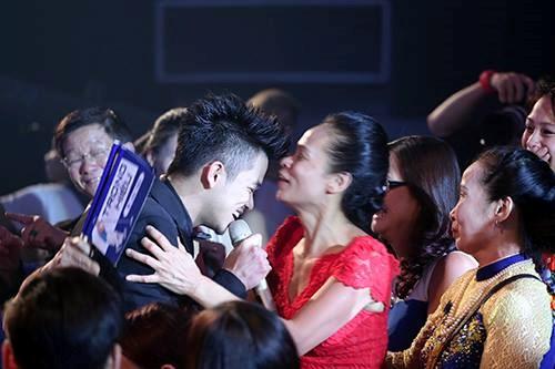 Trọng Hiếu hát bài ca chiến thắng trong vòng tay mẹ - Ảnh: Đào Ngọc Thạch