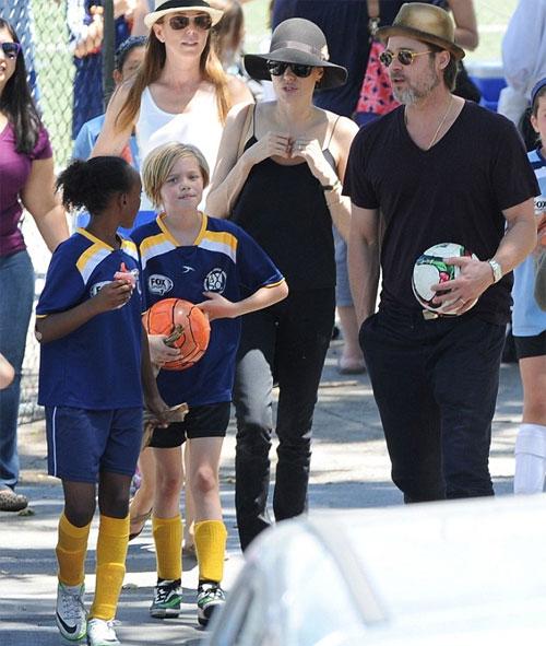 Gác lại công việc trên trường quay ở New Orleans, cuối tuần qua, Brad Pitt đưa bà xã tới công viên Griffith ở Los Angeles xem trận bóng của hai con gái Shiloh và Zahara. Theo một số nhân chứng có mặt tại sân bóng, cặp đôi không ngừng mỉm cười hạnh phúc và trao nhau nhiều cử chỉ thân mật.