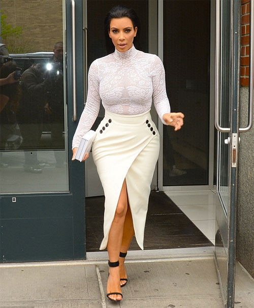 Sau sự kiện thời trang Met Gala 2015 diễn ra tối 4/5, sáng 5/5, Kim Kardashian một mình lên xe di chuyển đến địa điểm phát hành và ký tặng cuốn sách Selfish của cô ở New York.