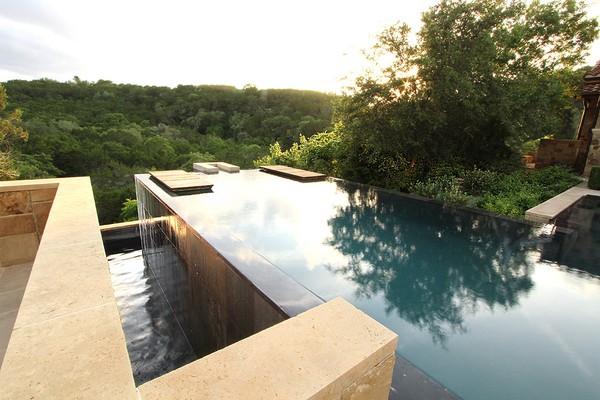 Công ty thiết kế The Garden Design đã thiết kế cho ngôi nhà ở Austin, Texas một bể bơi vô cực phiên bản thu nhỏ.