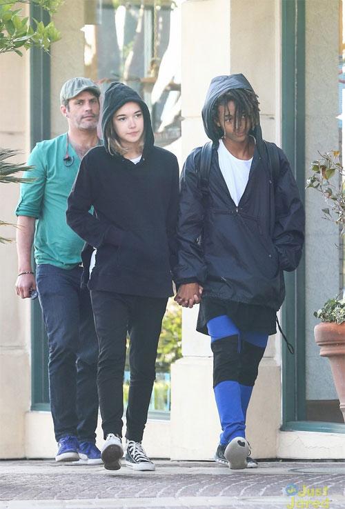 Jaden Smith và bạn gái lạ mặt lọt vào tầm ngắm của các paparazzi khi cùng sóng đôi thân mật trên đường phố Calabasas, California.