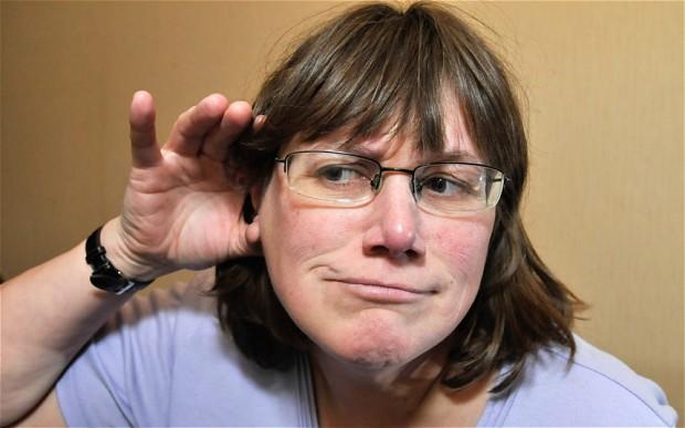 Julie Redfern có thể nghe được tiếng mắt của mình chuyển động.
