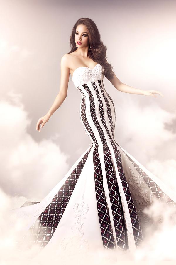 Chiếc đầm đuôi cá với sọc đen trắng làm tôn lên những đường cong quyến rũ. Bên trên được trang trí bằng những hạt pha lê Italy lấp lánh cùng hoạ tiết hoa nổi cầu kì làm tăng thêm vẻ duyên dáng của Phạm Hương.