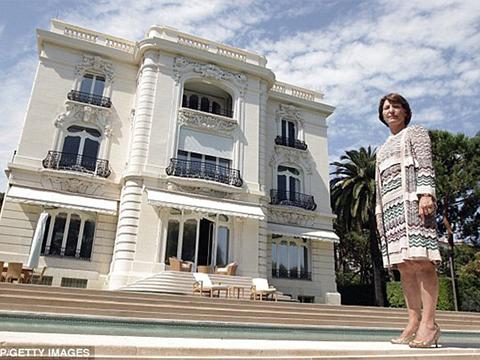 Marina Picasso đứng bên căn biệt thự do ông của bà để lại.