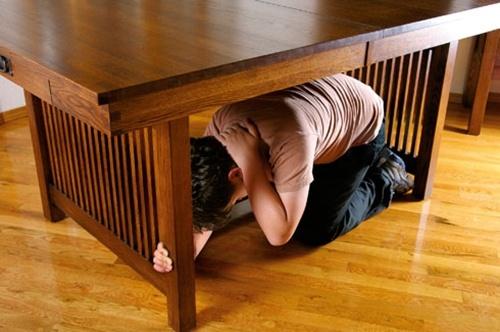Trốn vào những điểm vững chắc như gầm bàn