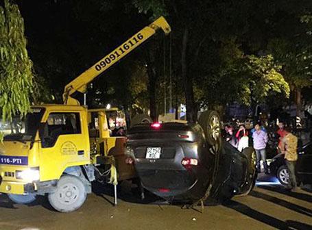 Di chuyển chiếc xe gây tai nạn khỏi hiện trường (ảnh CTV cung cấp)