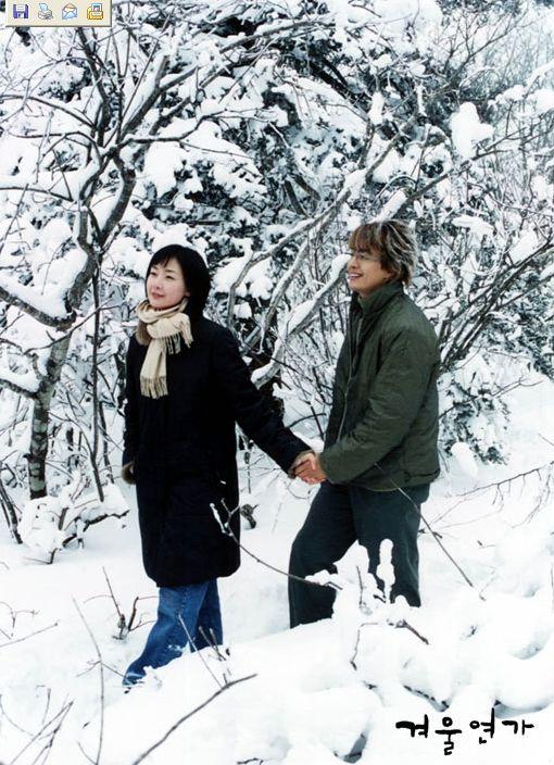 Bộ phim truyền hình Bản tình ca mùa đông sản xuất năm 2002 đã đưa tên tuổi của Bae Yong Joon và Choi Ji Woo lên hàng siêu sao. Nhiều nhà chuyên môn đánh giá đây là bộ phim đã bắt đầu làn sóng Hallyu.