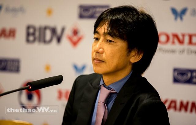 HLV Toshiya Miura trong buổi họp báo sau trận đấu