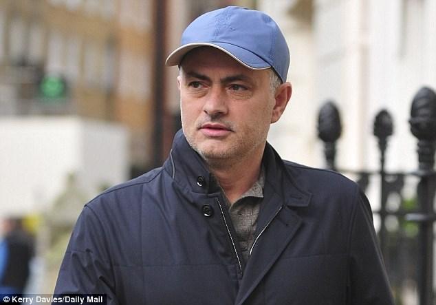 Chelsea vẫn phải trả lương khi Mourinho dẫn dắt Man Utd